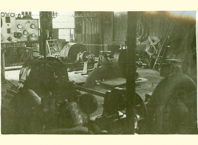 Año 1954. Interior de la central. Construcción adicional de madera.